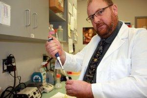 Biofyzik Rüdiger Ettrich z Akademie věd ČR dostal příležitost působit na soukromé Jihovýchodní univerzitě NOVA v Miami a podílet se na atraktivním výzkumu dědičných deformací, tedy třeba trpasličího růstu, rozštěpu a deformací kyčlí. ČTK Mrázová Šárka